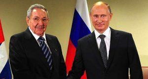 Raul Castro and Vladimir Putin shake hands
